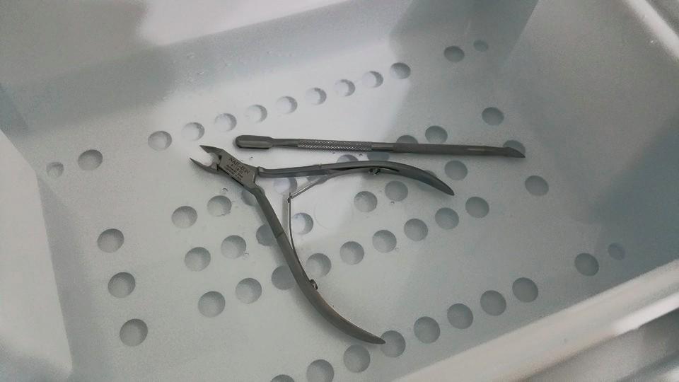 Instrumente während der Wannendesinfektion.