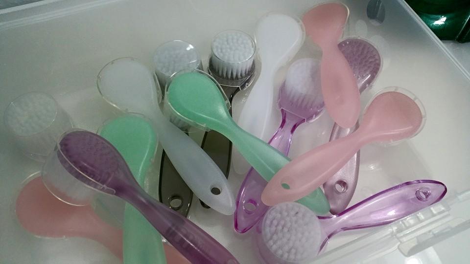 Wir verwenden bei jeder Behandlung eine desinfizierte Reinigungsbürste.